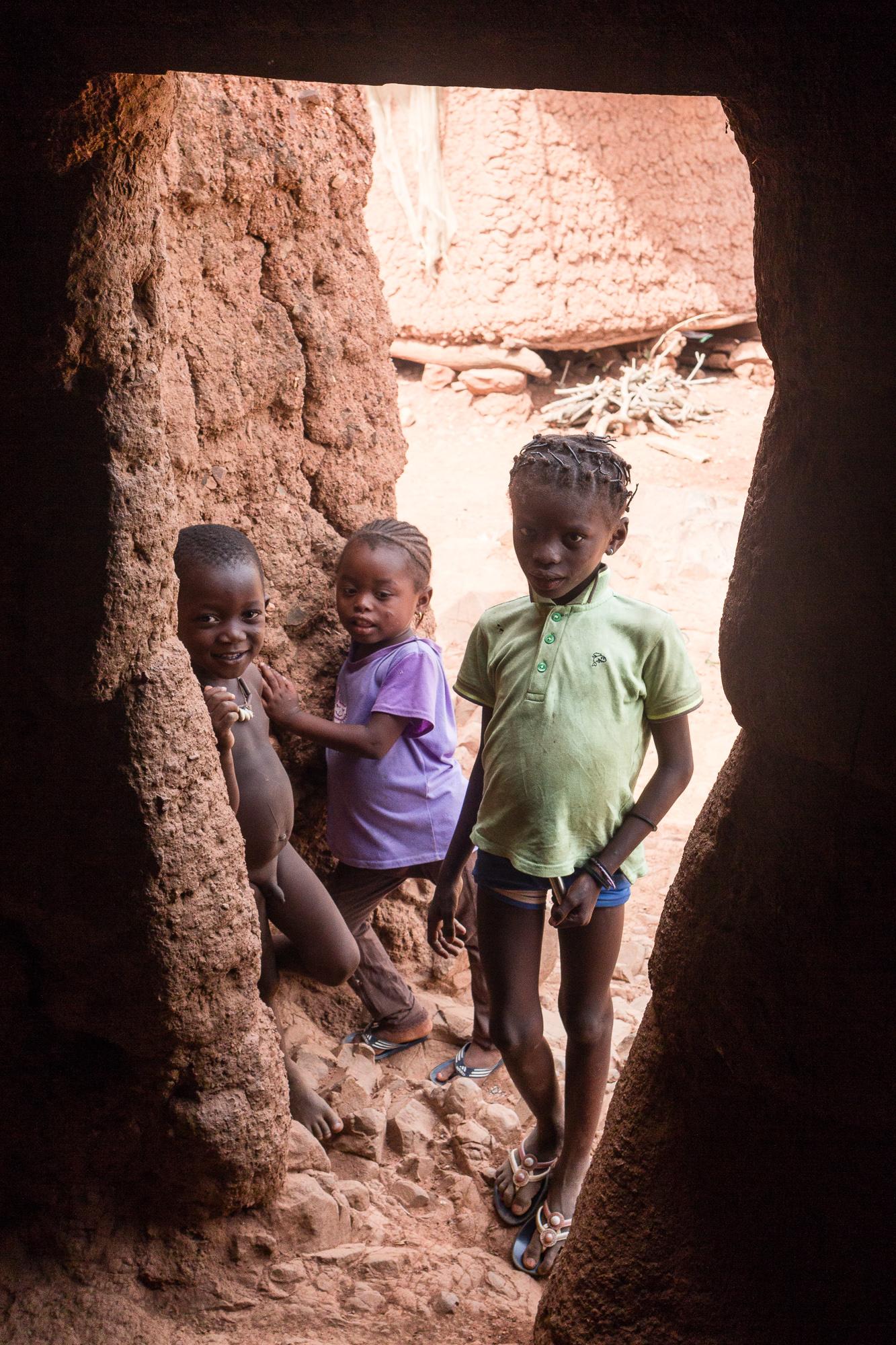 Enfants à l'entrée d'une case du village Lobi de Sansana, Burkina Faso