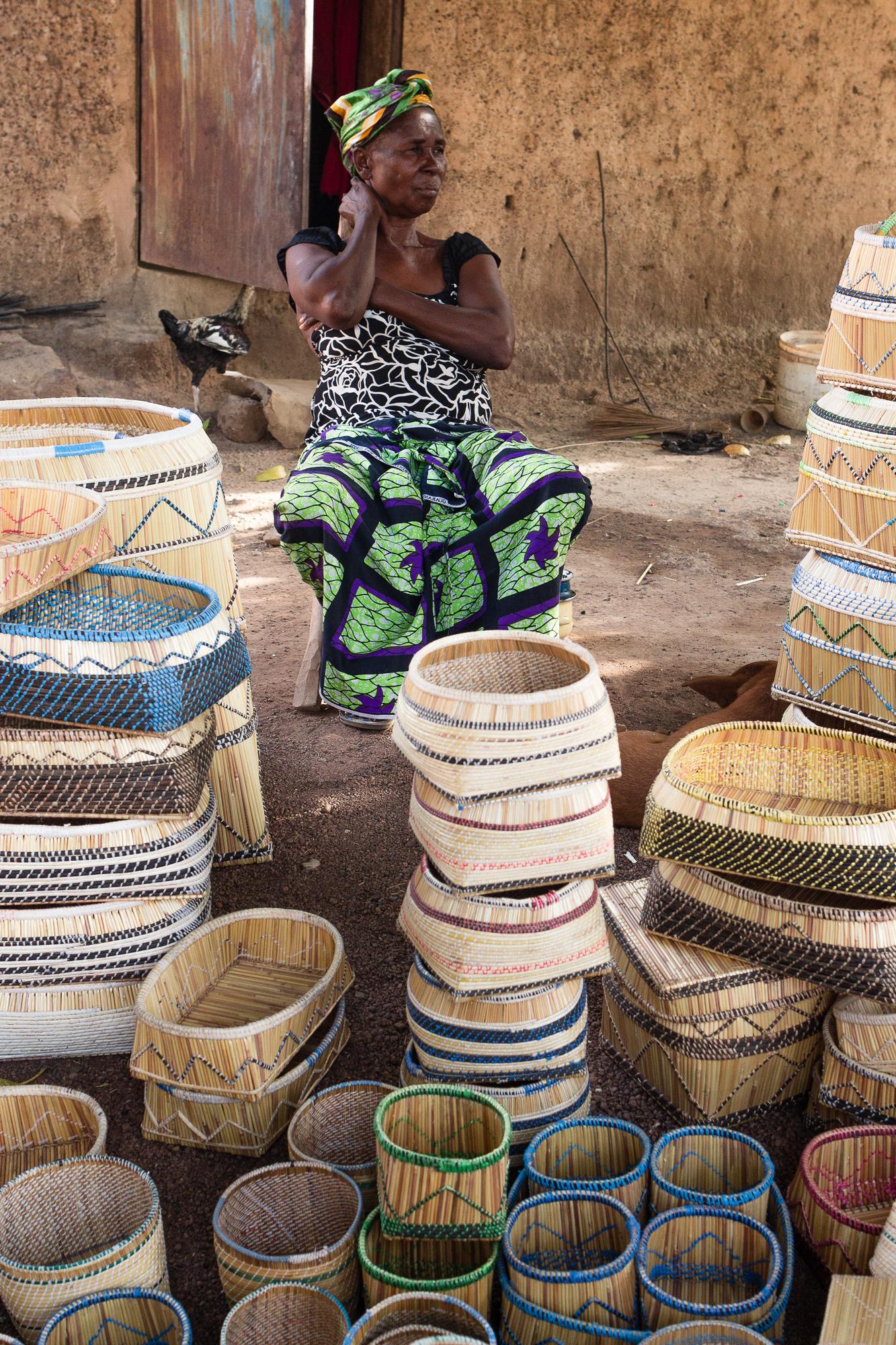 Corbeilles tressées d'un village d'artisans Lobi dans la région de Gaoua, Burkina Faso