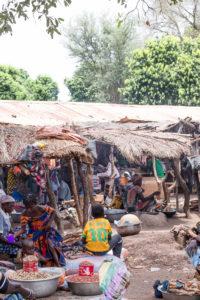 Stands d'arachides au marché de Doudou, pays Lobi, Burkina Faso
