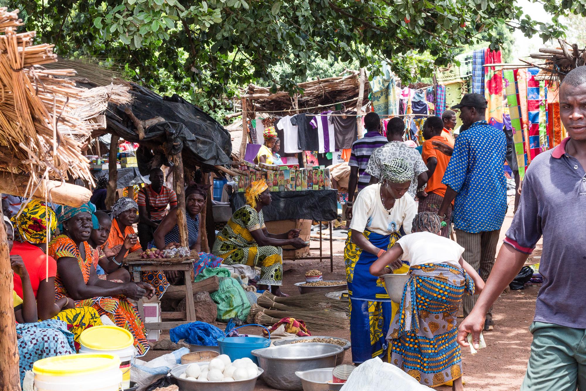 Femmes en wax attendant la vente au marché de Doudou, pays Lobi, Burkina Faso