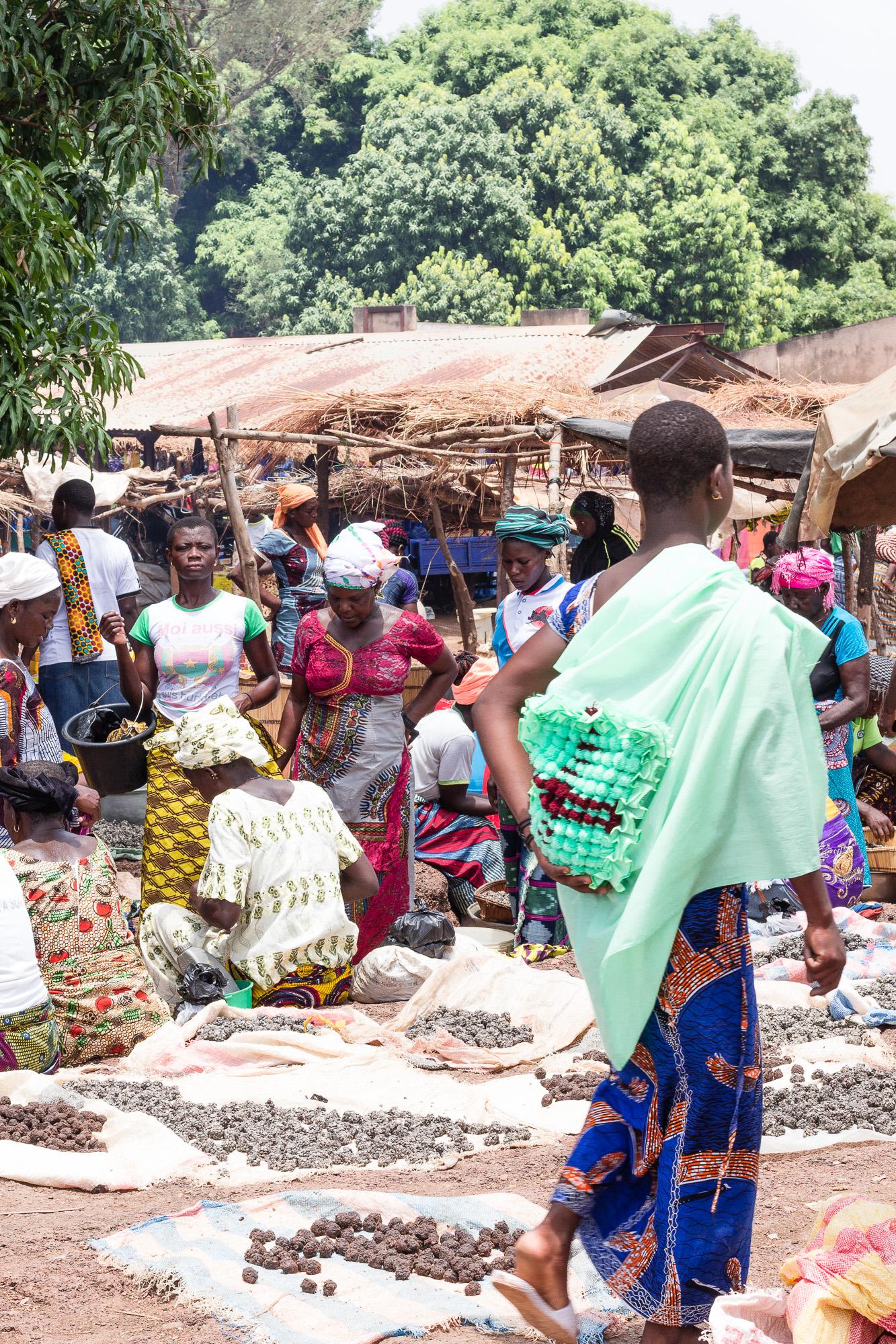 Stand de nourriture au marché de Doudou, pays Lobi, Burkina Faso