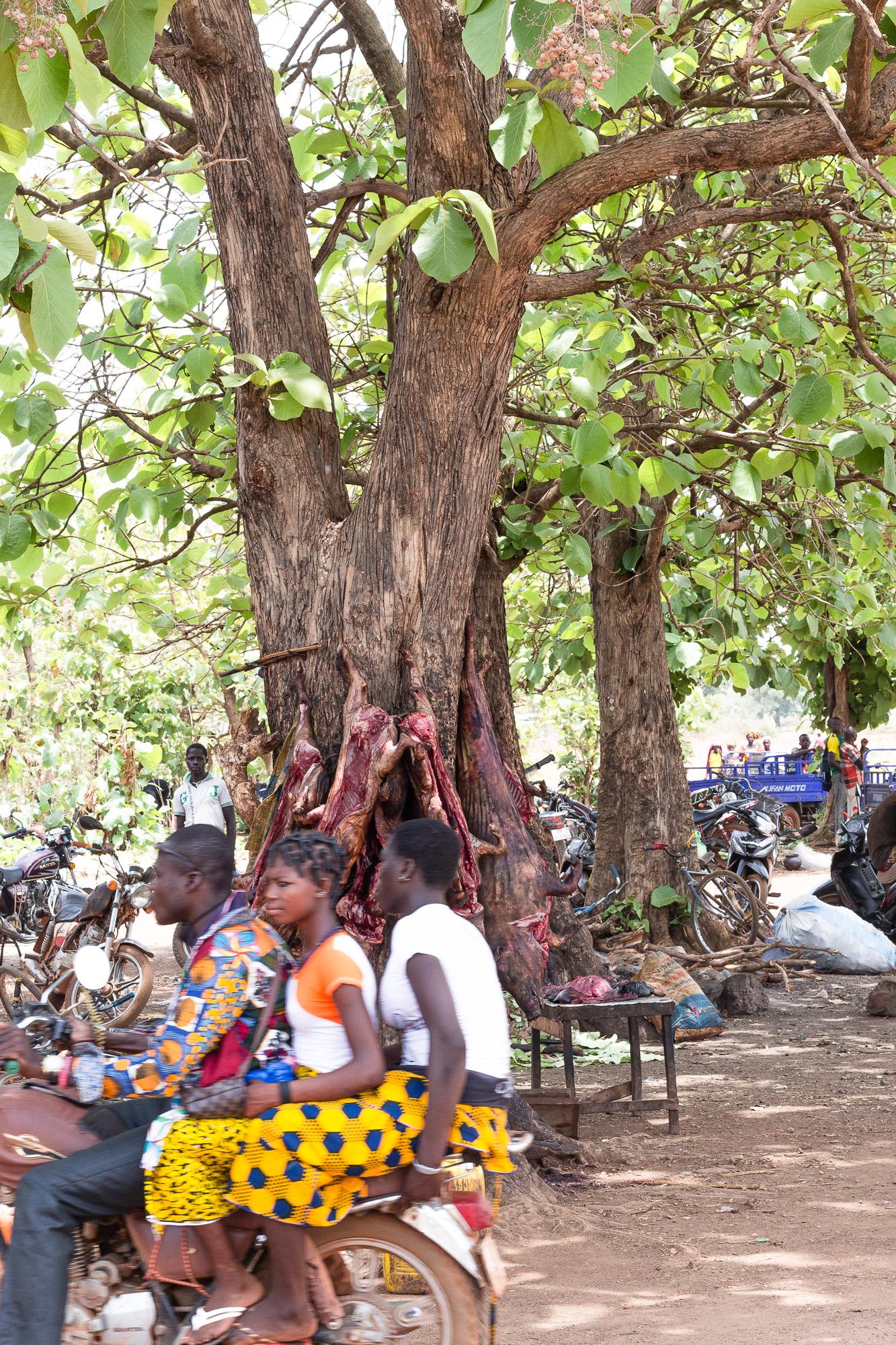 A trois sur une moto au marché de Doudou, pays Lobi, Burkina Faso