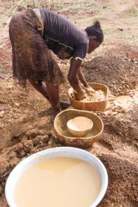 Chercheuse d'or lavant la terre du pays Lobi, Burkina Faso
