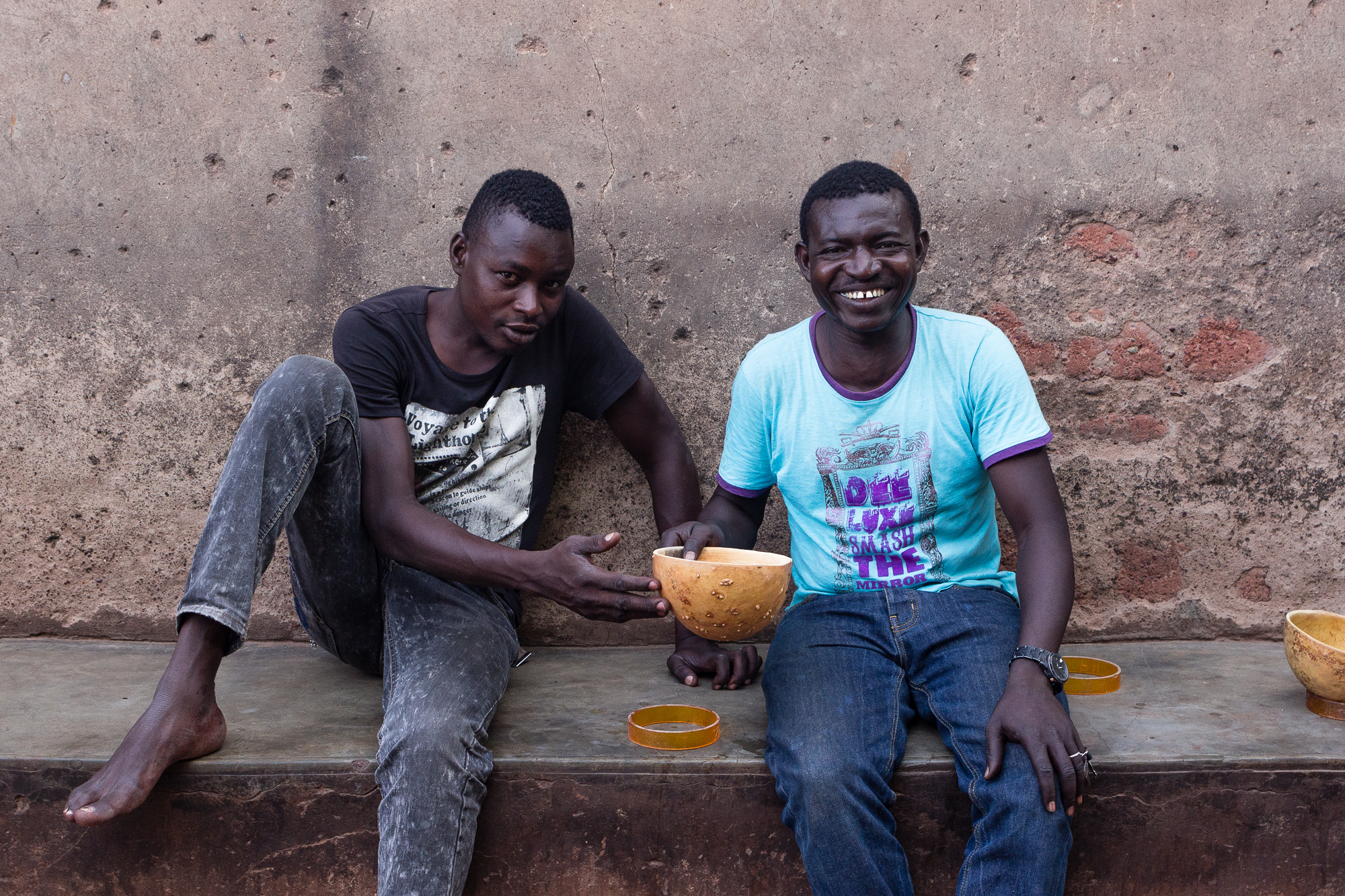 Deux hommes boivent de la dolo dans le Vieux Bobo, Bobo Dioulasso, Burkina Faso