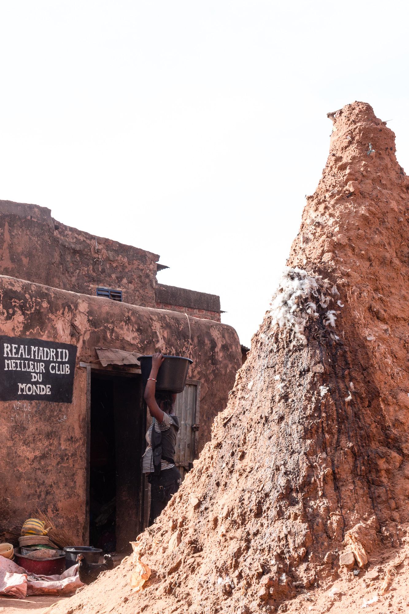 Fétiche et affiche du Real Madrid sur une case du Vieux Bobo, Bobo Dioulasso, Burkina Faso