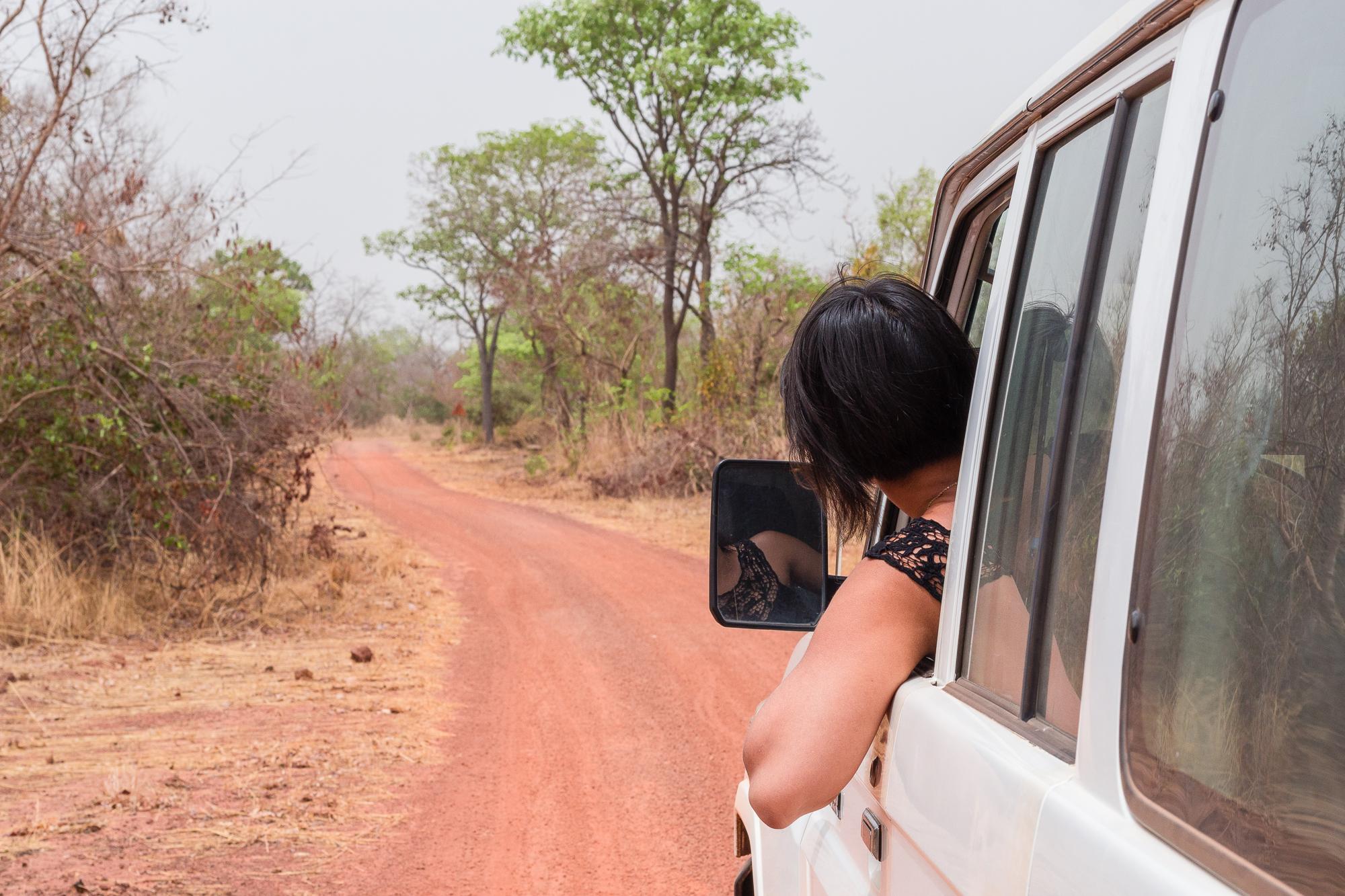Au volant du Land Cruiser, sur la piste rouge menant à la mare de Bala, Burkina Faso