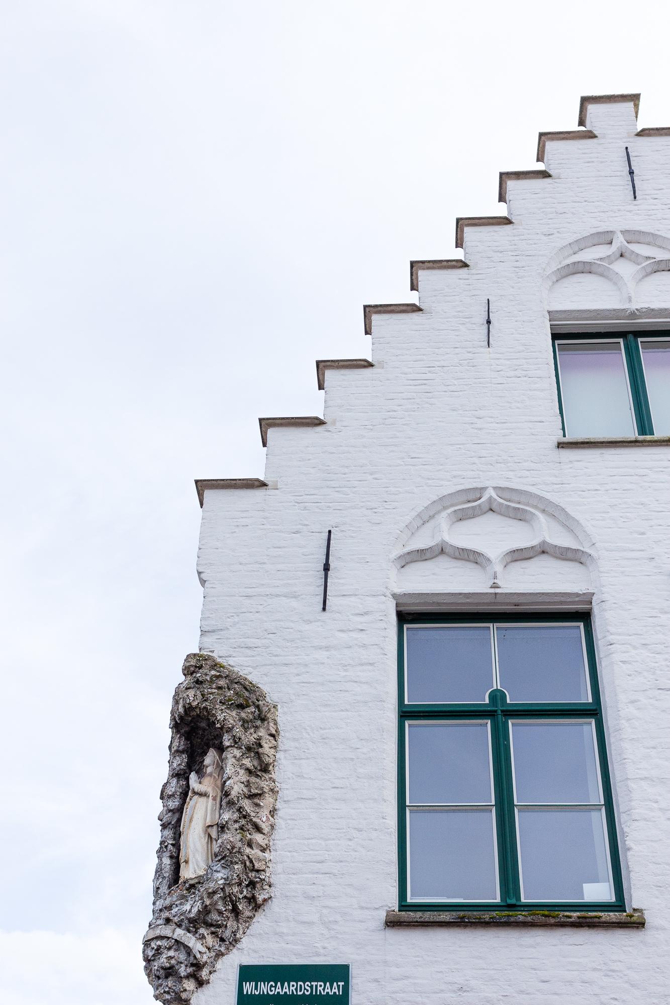 Façade pignon à gradins ou redents et statue de la Vierge, Bruges, Belgique