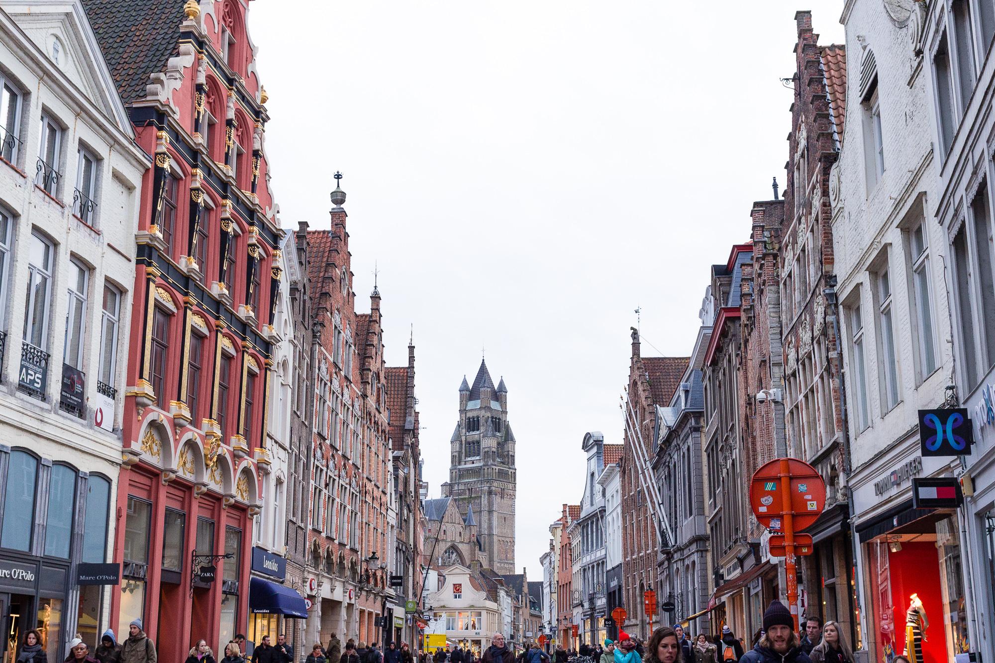 Steenstraat, maisons brugeoises et clocher de la cathédrale Saint-Sauveur de Bruges, Belgique