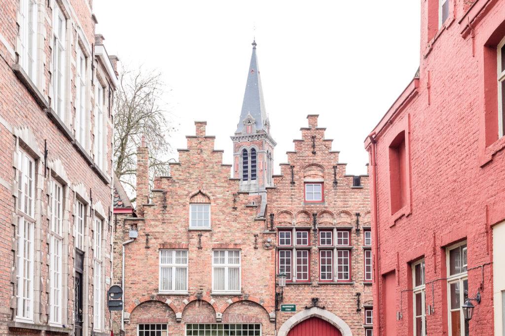 Pignon à gradins ou redents et façades roses façon Disneyland, Bruges, Belgique