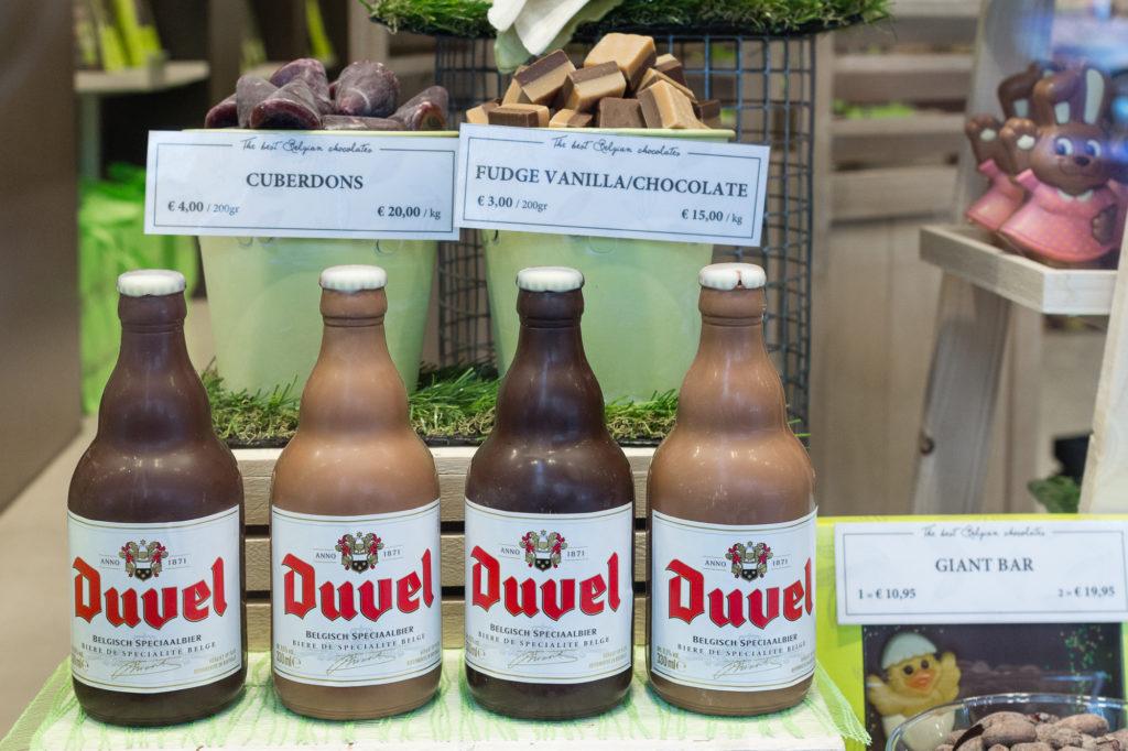 Bière Belge Duvel en chocolat dans une vitrine de Bruges, Belgique