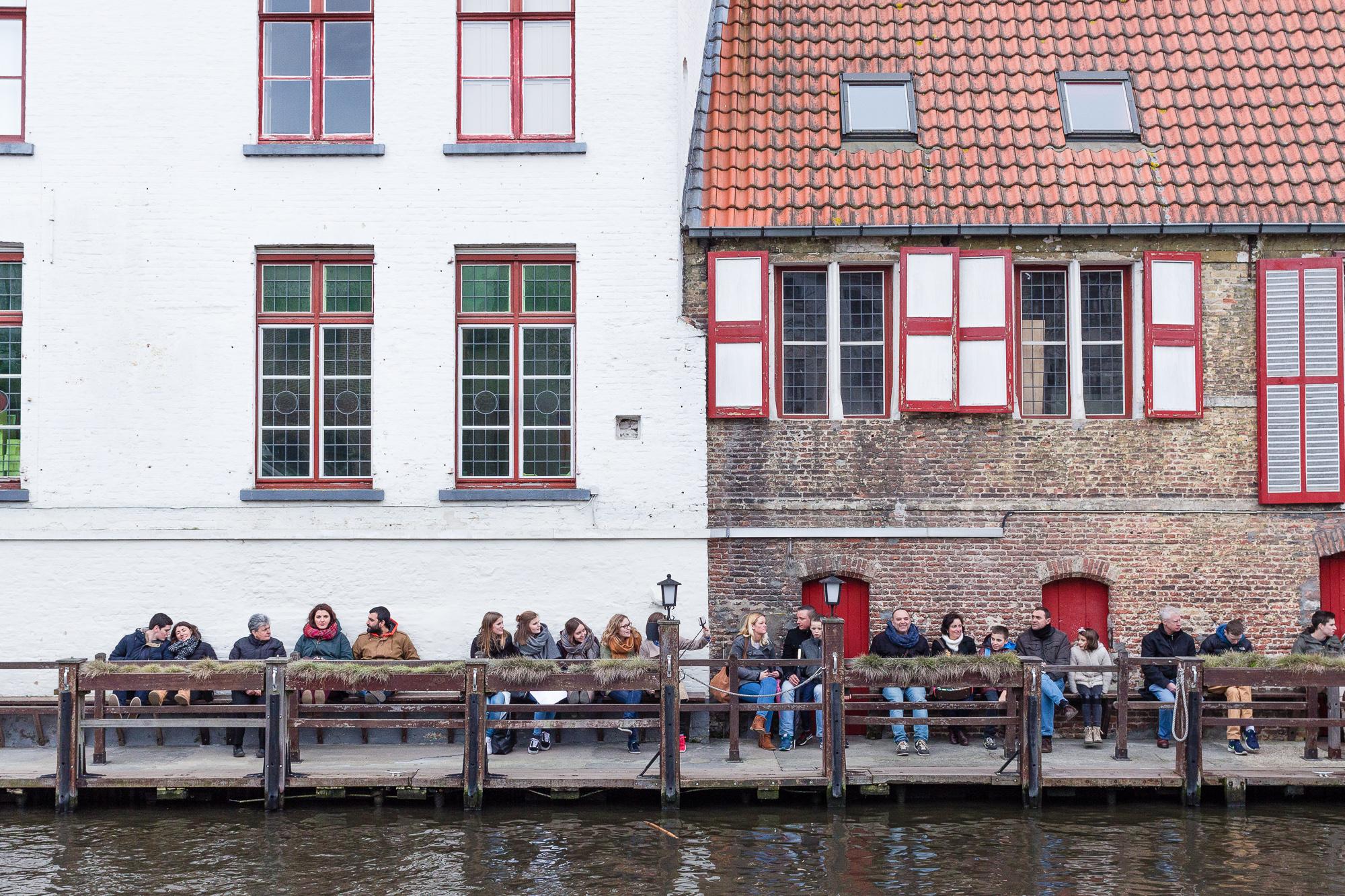 Touristes attendant pour embarquer, canaux de Bruges, Belgique