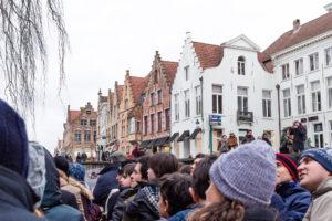 Touristes en barque sur les canaux de Bruges, Belgique