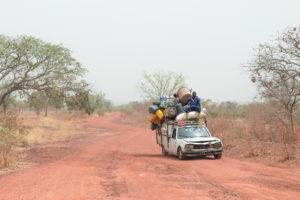 Vieille voiture surchargée et homme sur le toit, sur la route, Burkina Faso