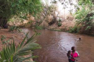 Baignade dans la rivière Kou sur le site de la Guinguette, Burkina Faso