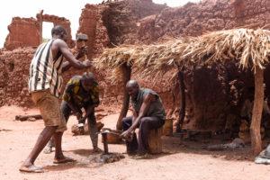 Forgerons dans le village traditionnel Bobo de Koumi, Burkina Faso