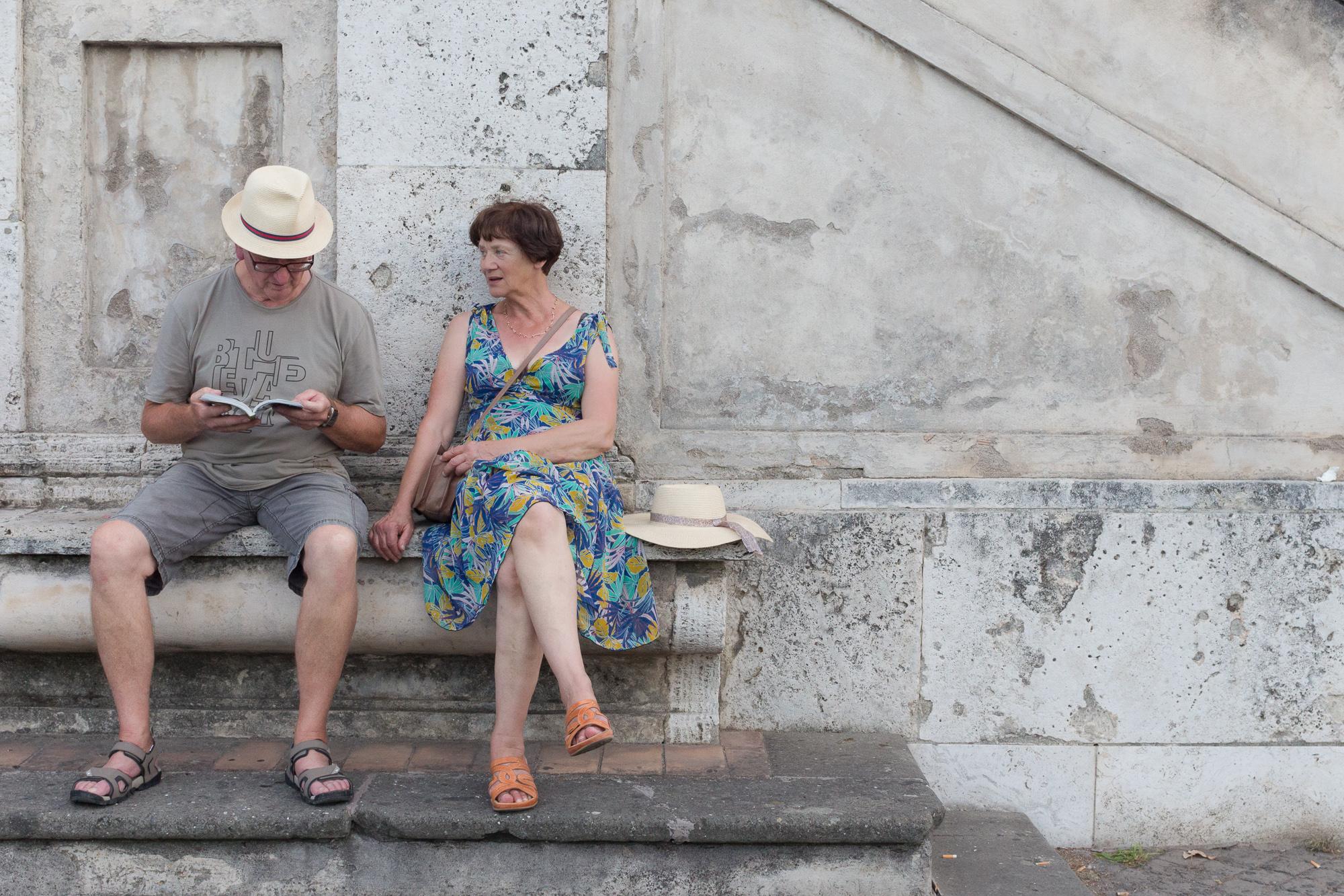 Petite pause sur un banc de pierre et lecture du guide, Rome, Italie