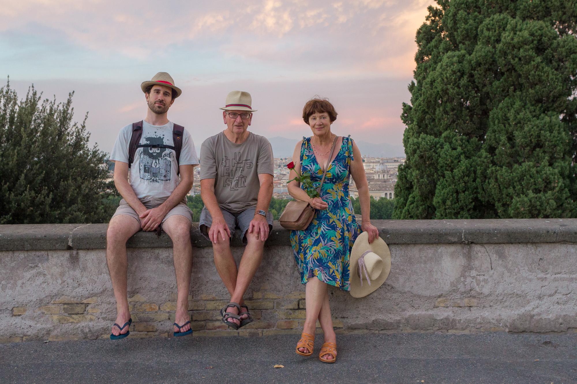 Photo de famille en haut de la colline du Janicule, coucher du soleil, Rome, Italie