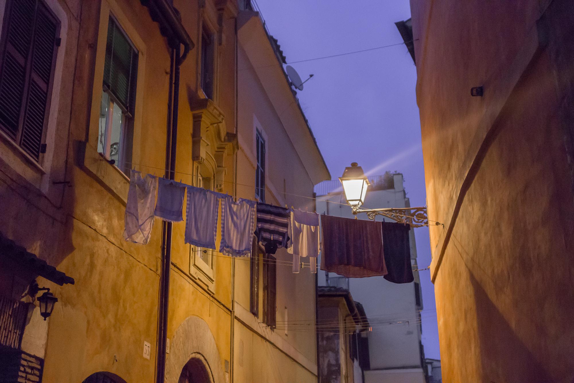 Linge séchant entre deux immeubles dans le quartier de Trastevere, la nuit, Rome, Italie
