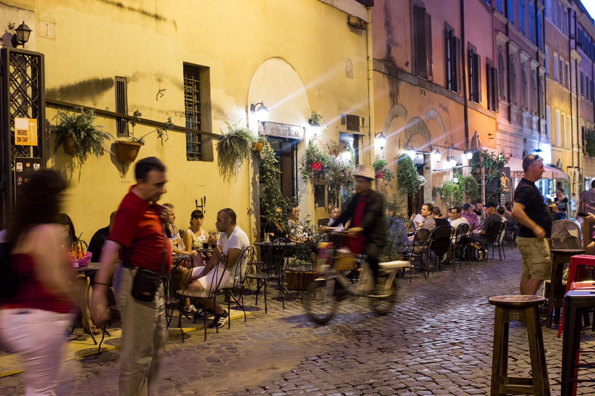 Terrasses animées du quartier de Trastevere la nuit, Rome, Italie