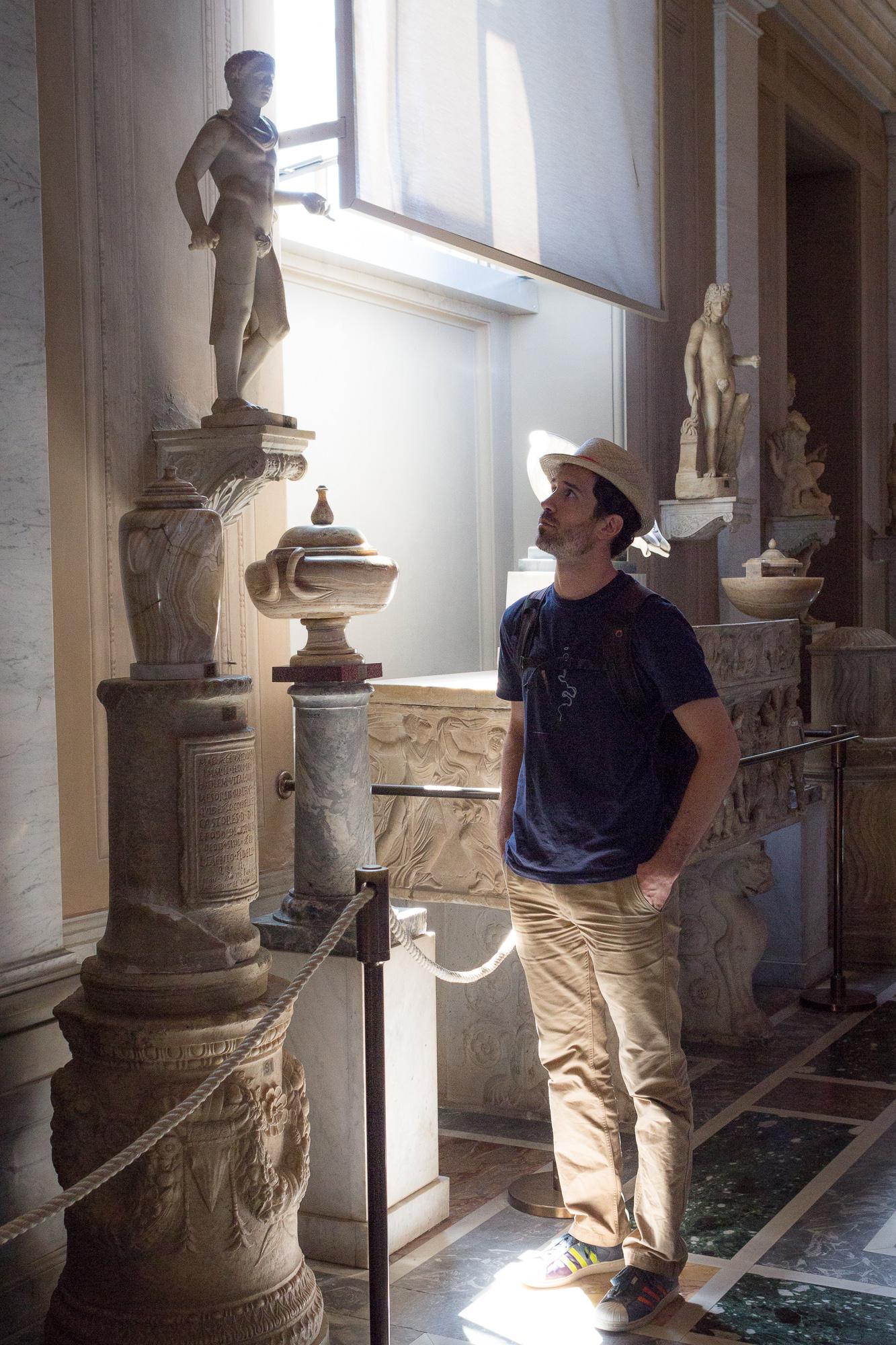 Contemplation d'une statue de la collection du musée du Vatican