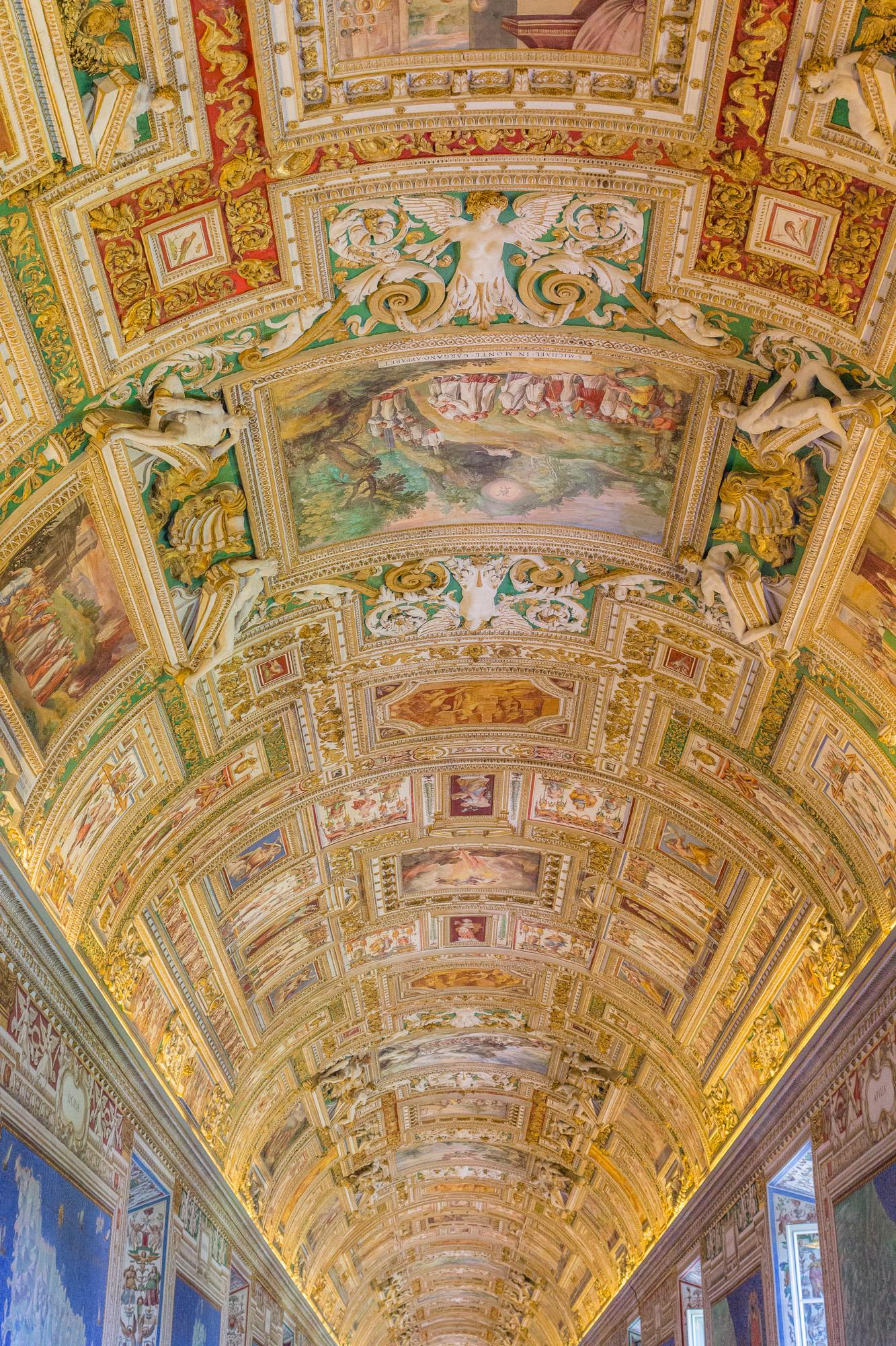 Voûte richement ornée et décorée de fresques d'une salle du musée du Vatican