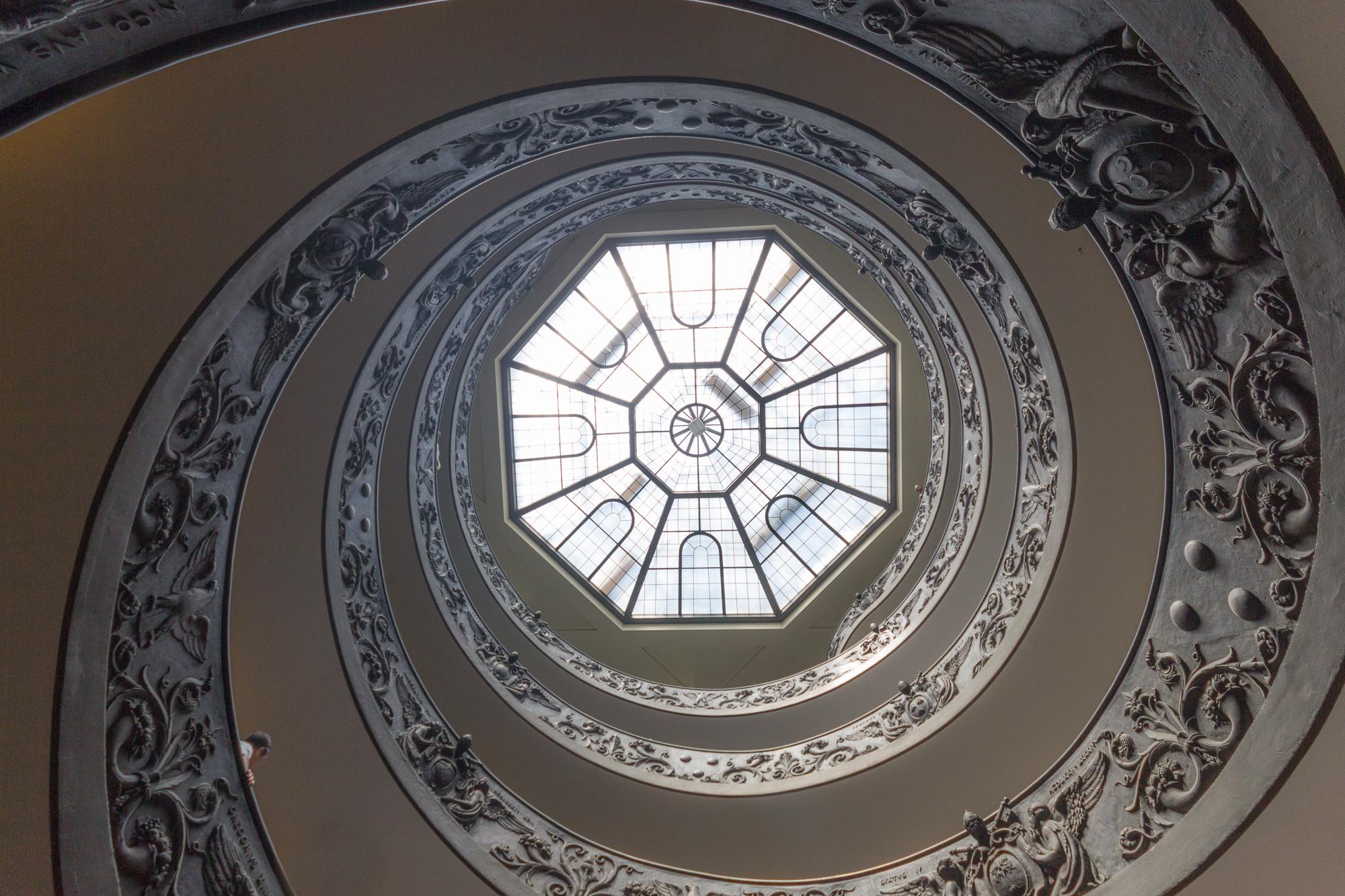 Vue en contre-plongée de l'escalier monumental de Bramante, escalier à double hélice, musée du Vatican