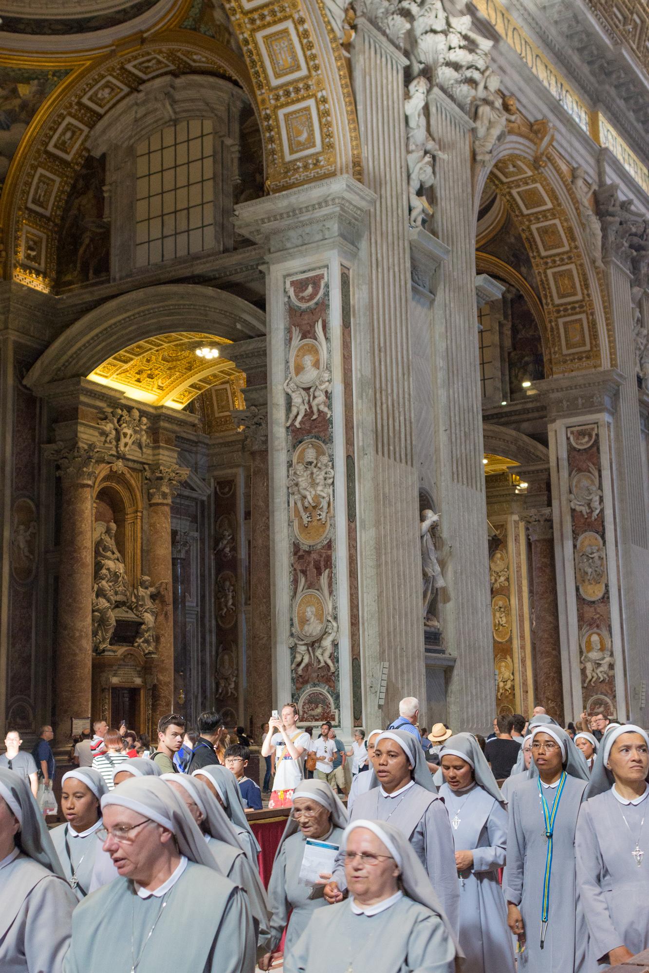 Procession de soeurs dans la nef de la Basilique Saint Pierre du Vatican