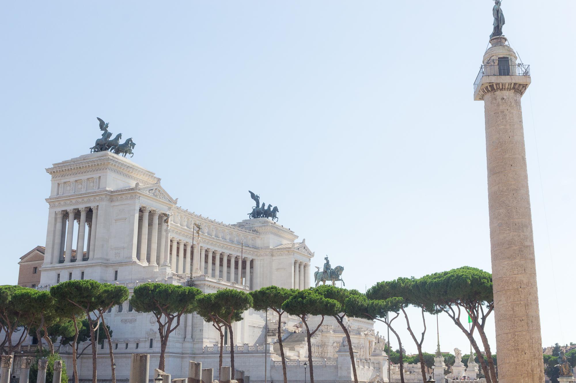 Colonne Trajane, pins parasol et monument à Victor-Emmanuel II, Rome, Italie