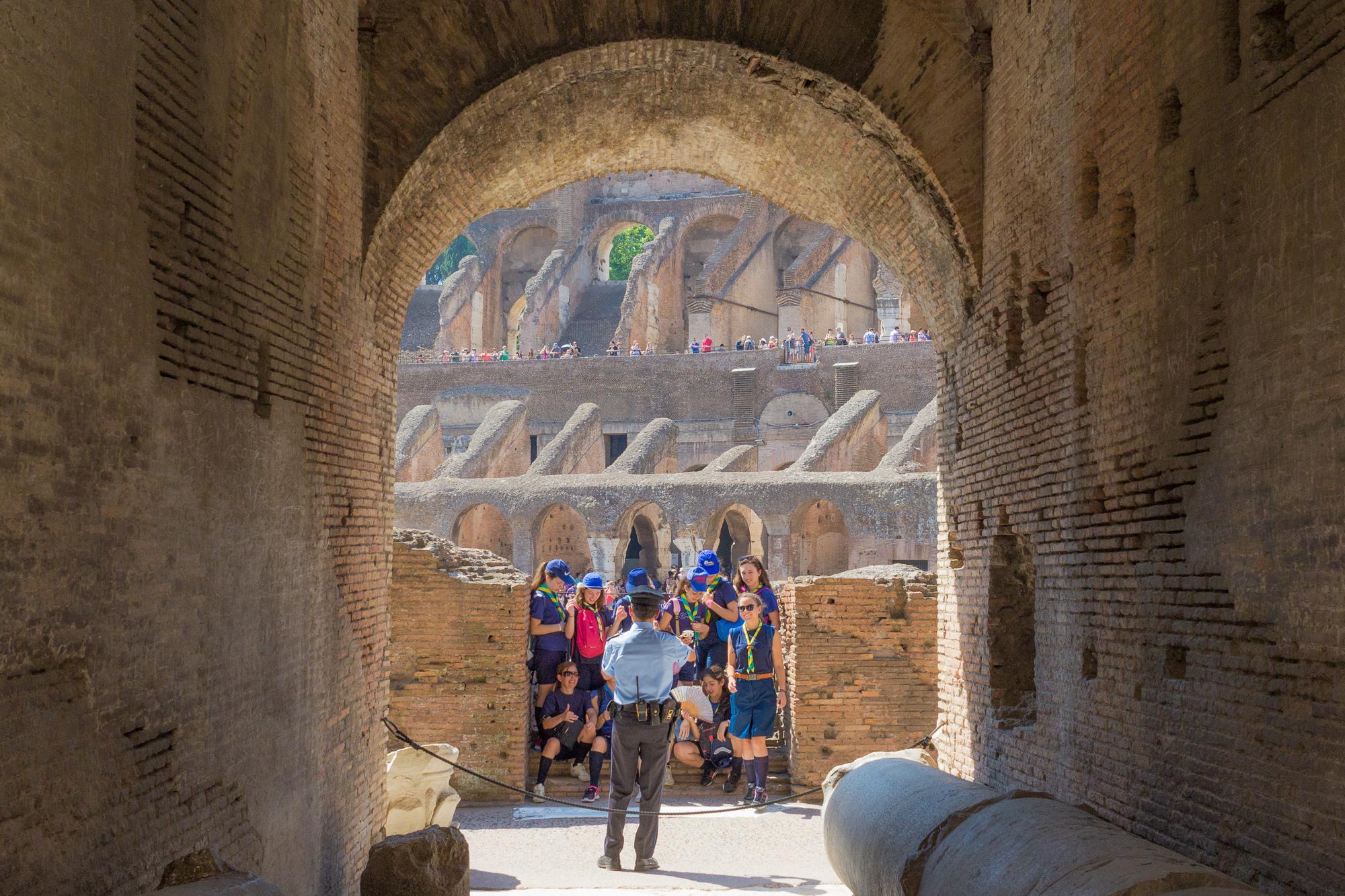 Groupe de scouts prises en photo par un agent de sécurité, Colisée, Rome, Italie