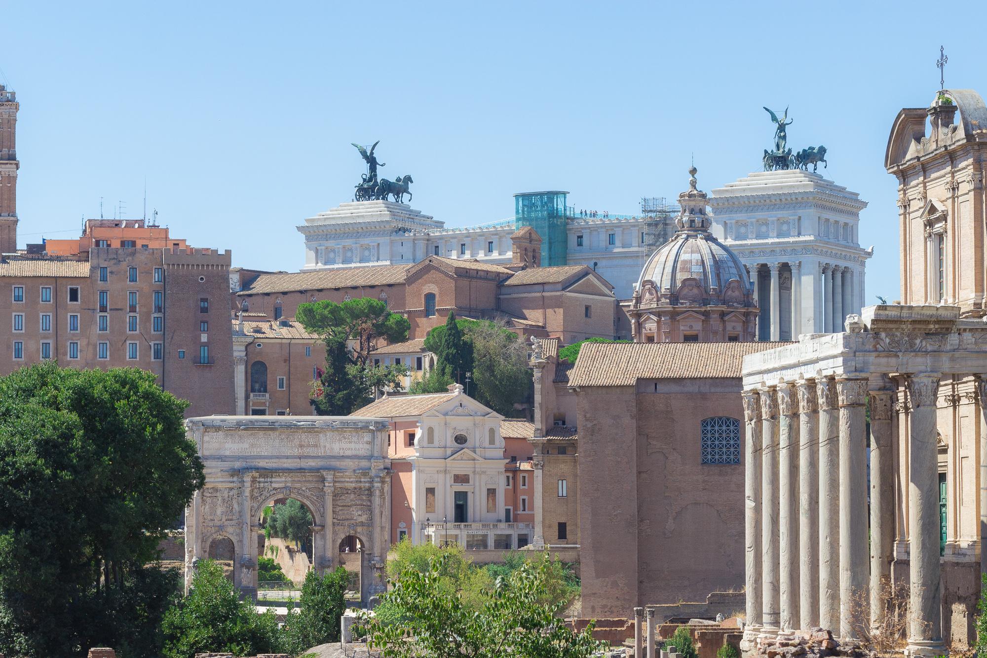 Architectures de toutes les époques à Rome, vue depuis le Forum Romain, Italie