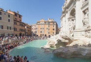 Fontaine de Trevi et foule de touristes, Rome, Italie