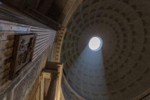 Lumière zénithale entrant dans le dôme du Panthéon, intérieur, Rome, Italie