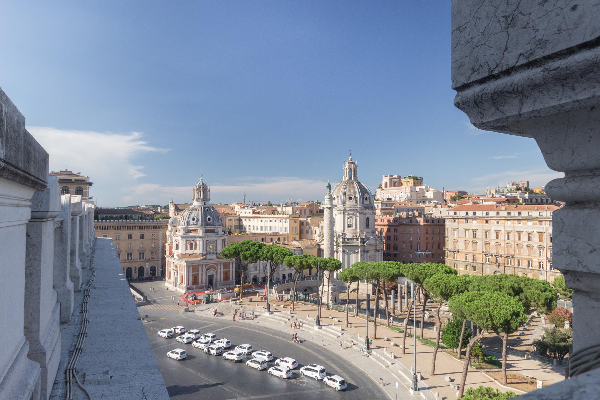 Vue sur la Piazza Venezia et les taxis blancs bien rangés depuis le monument à Victor-Emmanuel II, Rome, Italie