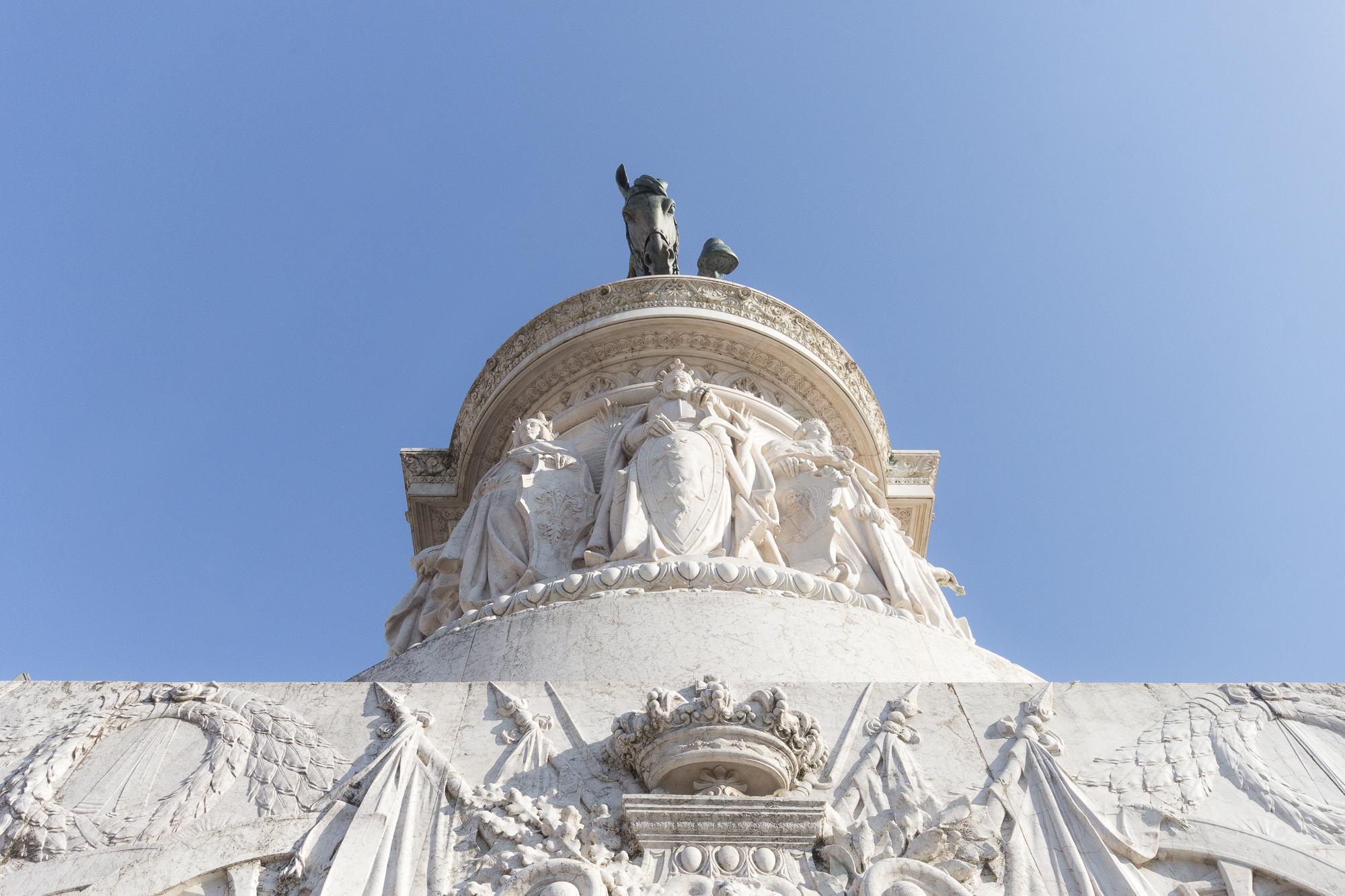 Monument à Victor-Emmanuel II, statue équestre sur son socle de marbre blanc, Rome, Italie