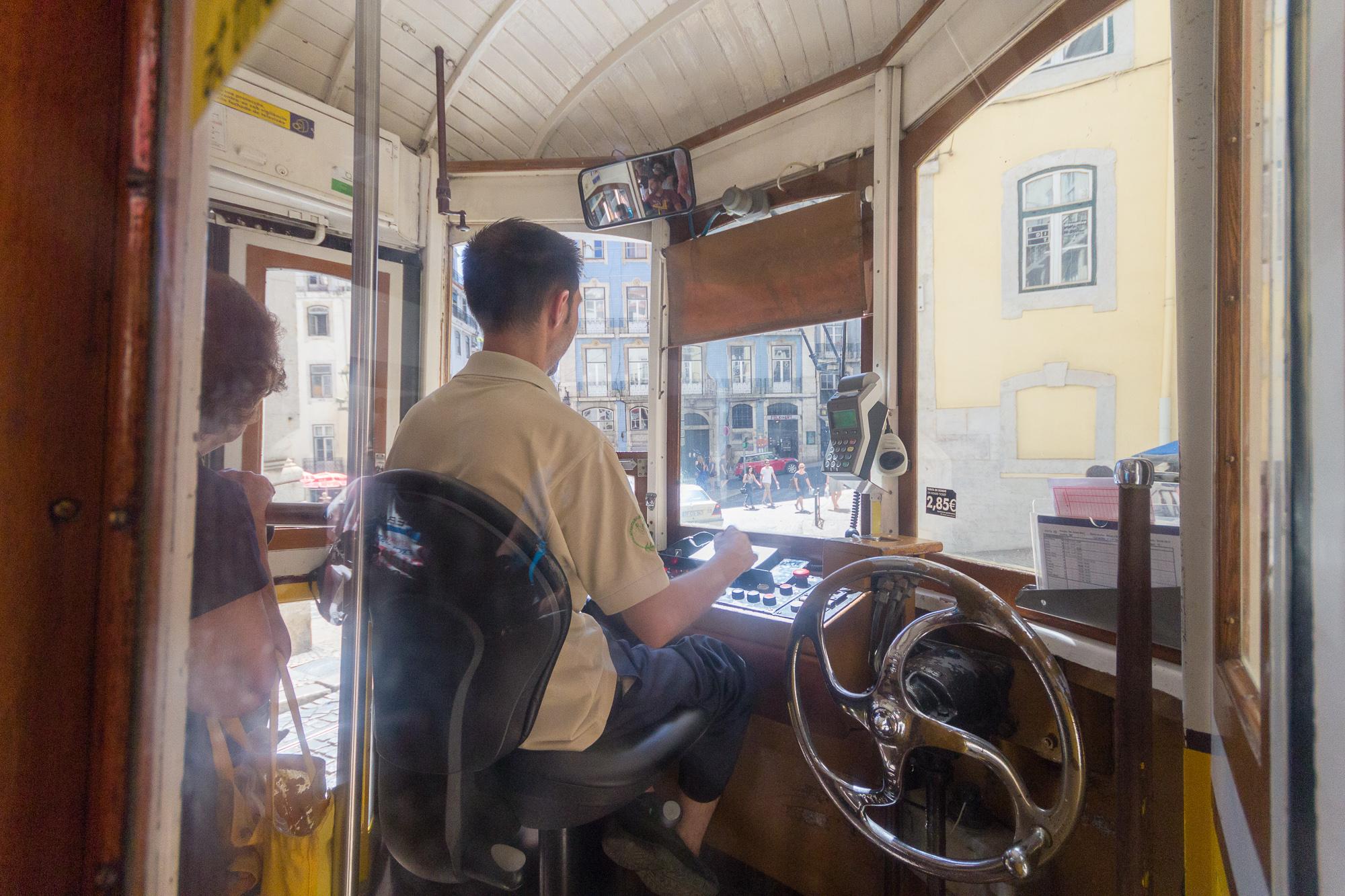 Dans la cabine du chauffeur des vieux tramways de la ligne 28, Lisbonne, Portugal