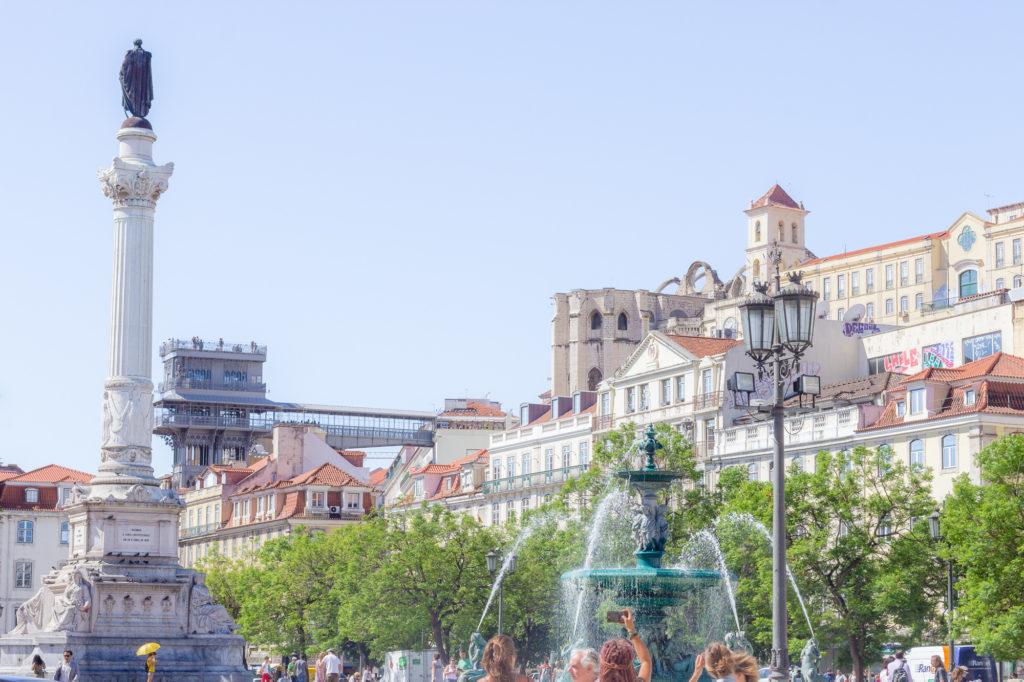 Place Rossio ou Dom Pedro IV, avec en fond l'elevator Santa Justa et le couvent des Cormes, Lisbonne, Portugal