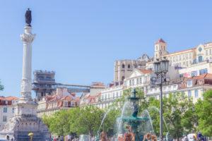 Place Rossio ou Dom Pedro IV, avec en fond l'elevator Santa Justa et lecouvent des Cormes, Lisbonne, Portugal