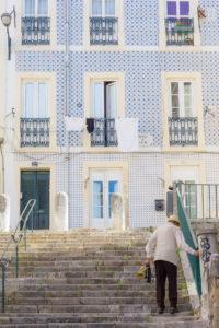 Façade recouverte d'azulejos, vieil escalier et habitant de Lisbonne, Portugal