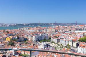Vue sur Lisbonne et le Tage depuis le mirador Da Nossa Senhora Do Monte, Graça, Lisbonne, Portugal