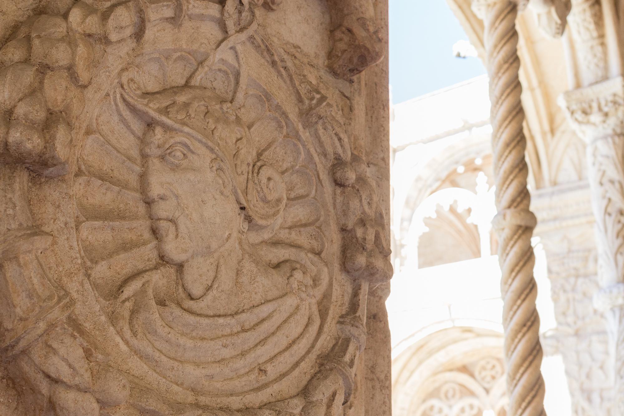 Détail bas-relief cloître du monastère des Hiéronymites, portrait homme regard sévère, Belém, Lisbonne, Portugal