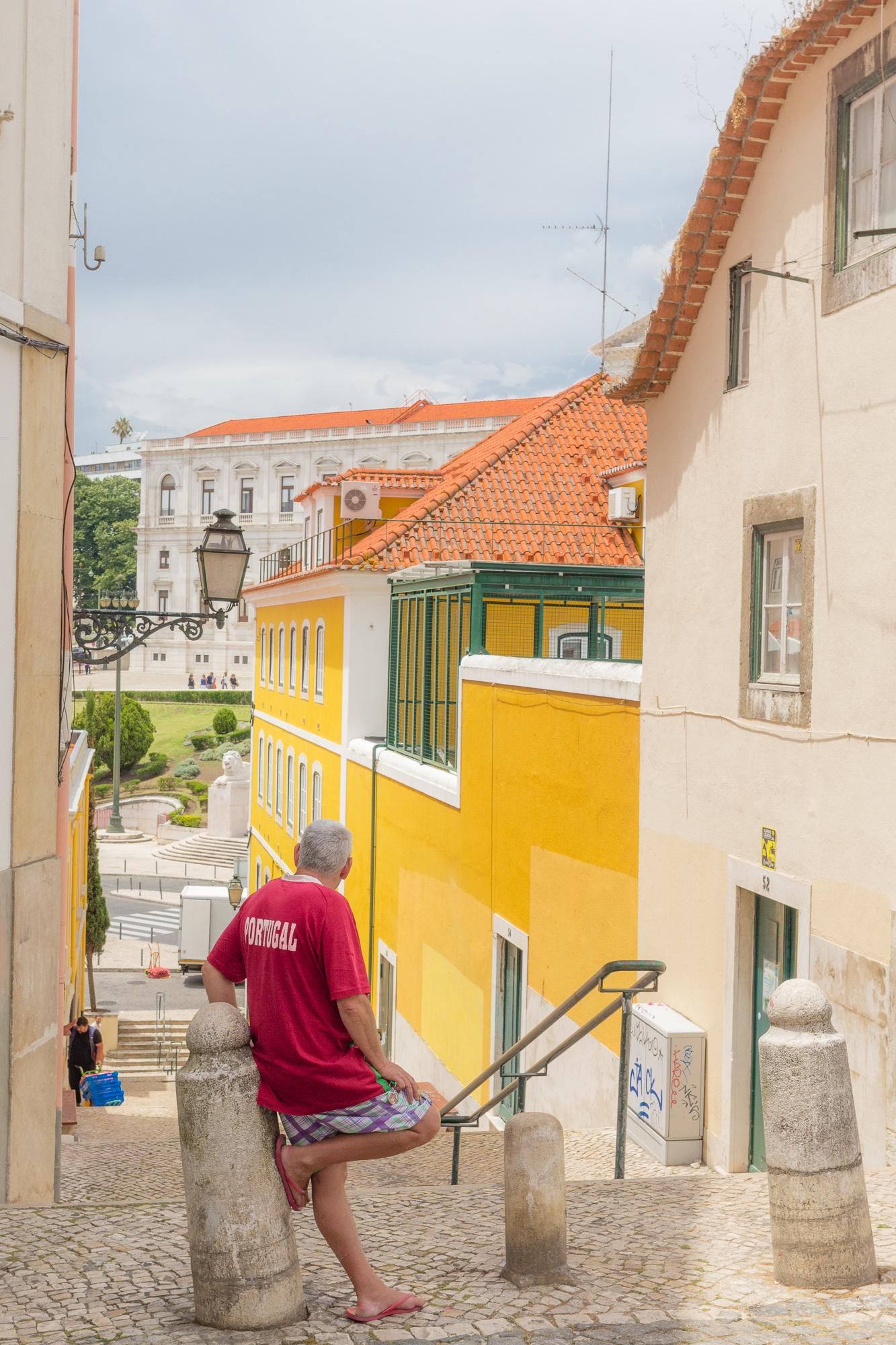 Habitant de Lisbonne avec t-shirt Portugal regardant vers le palais de Sao Bento