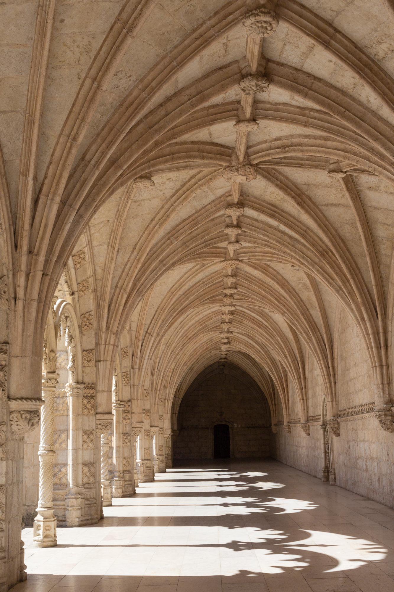 Jeu d'ombre sous les arches du cloître du monastères des Hiéronymites, Belém, Lisbonne, Portugal