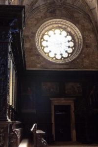 Lumière mystiques sur les stalles du chœur de l'Eglise Santa Maria, monastères des Hiéronymites, Belém, Lisbonne, Portugal