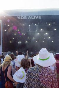Chapeaux blancs et flare, festival Nos Alive, Lisbonne, Portugal