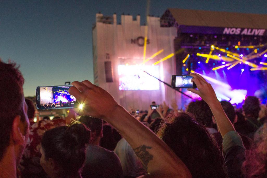 Le concert vu sur les smartphones des festivaliers, festival Nos Alive, Lisbonne, Portugal