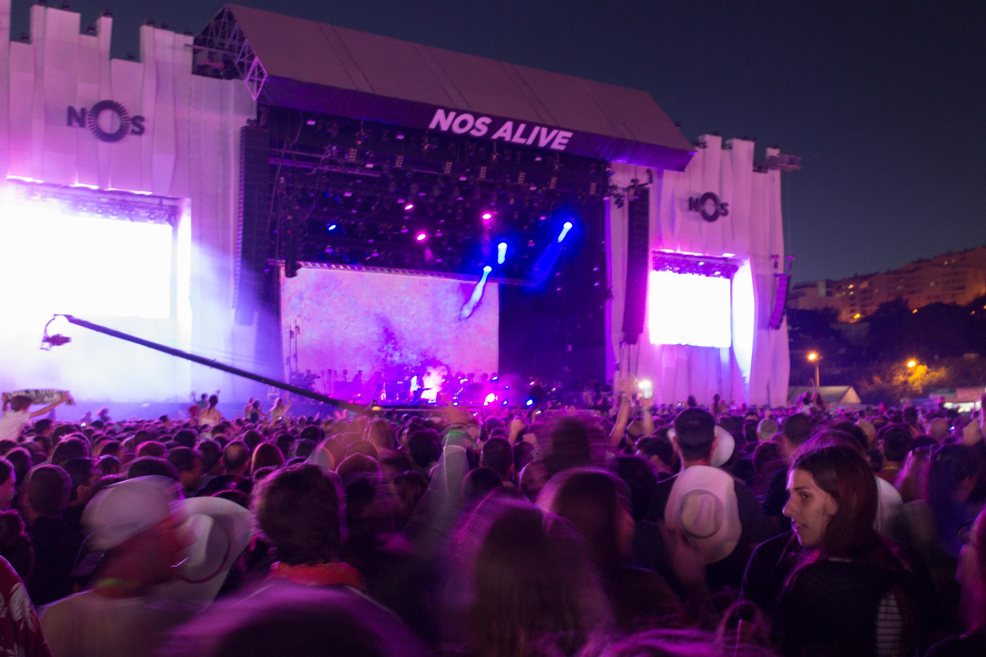 Concert, foule et lumière violette sur la grande scène du festival Nos Alive, Lisbonne, Portugal