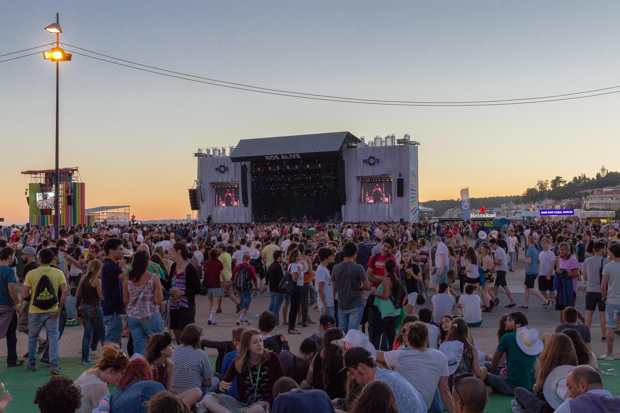 Grande scène et foule des festivaliers au coucher du soleil, festival Nos Alive, Lisbonne, Portugal