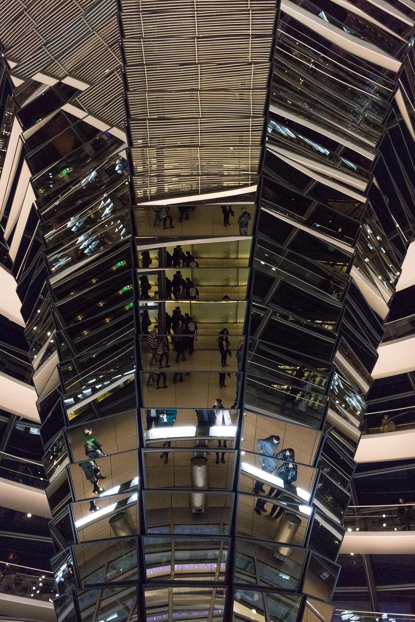Jeu de miroir dans la coupole du Reichstag