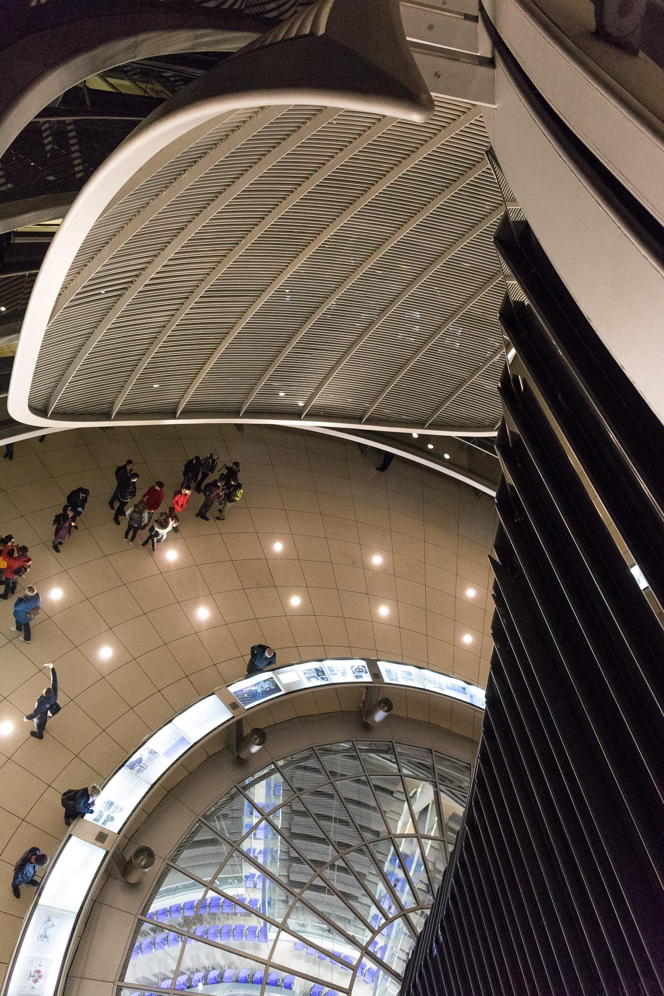 Vue en plongée dans la coupole du Reichstag