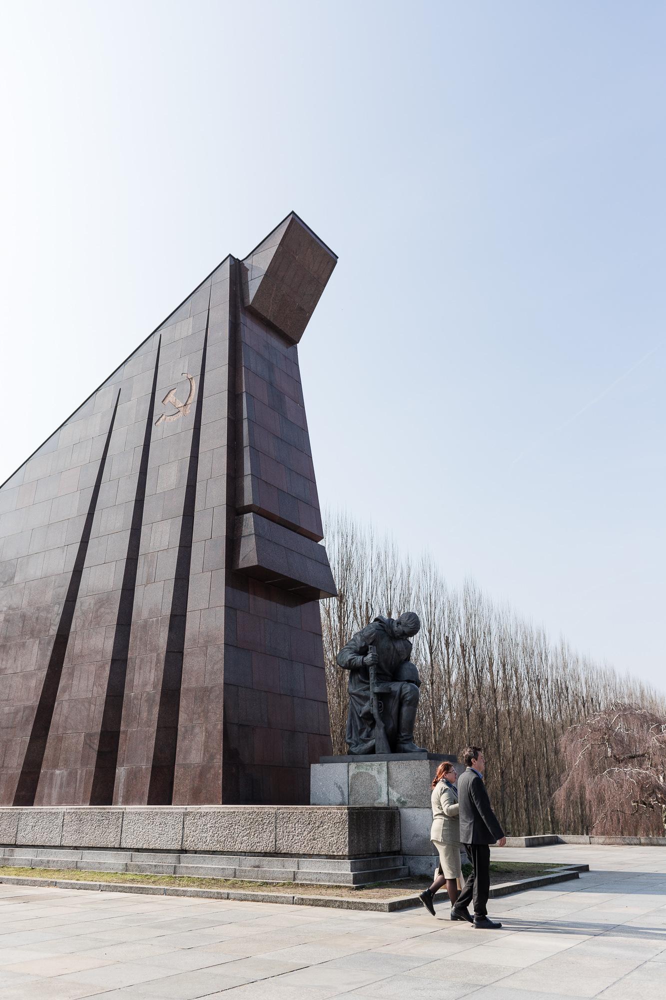 Couples marchant dans le mémorial Soviétique à Berlin